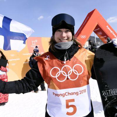 Enni Rukajärvi med den finländska flaggan i OS