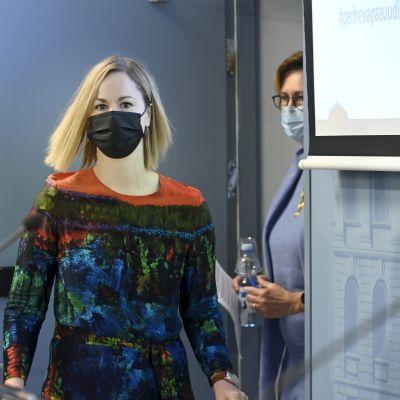 Hanna Sarkkinen och Tuula Haatainen vandrar ut på ministeriets presskonferens om familjeledighetsreformen.