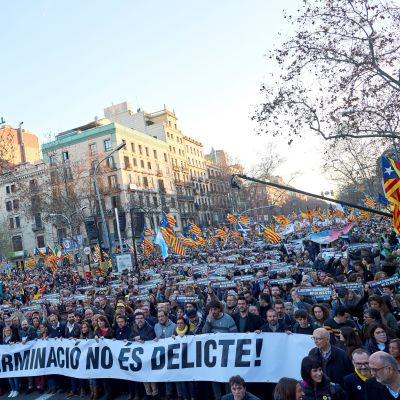 Demonstranter på gatan i Barcelona.