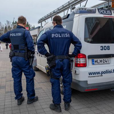 Kaksi järjestyspoliisia ja poliisiauto Kontulan ostoskeskuksessa.