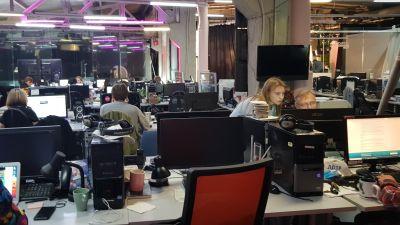 Ett redaktionslandskap med datorer och arbetande journalister på ryska Dozjd.