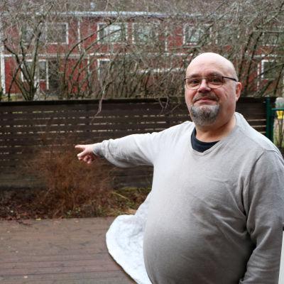 """Carl-Erik """"Kalle"""" Rusk pekar på sin bakgård."""