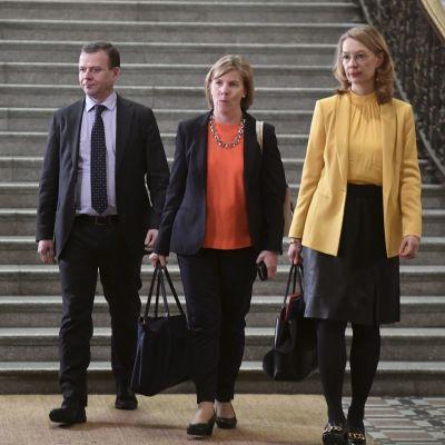 Samlingspartiets ordförande Petteri Orpo, justitieminister Anna-Maja Henriksson (SFP) och Europaminister Tytti Tuppurainen (SDP).