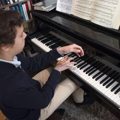 Anton Mejias soittaa pianoa.