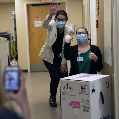 Studenter i USA poserar vid en låda med Pfizer-Biontechs covid-19-vaccin