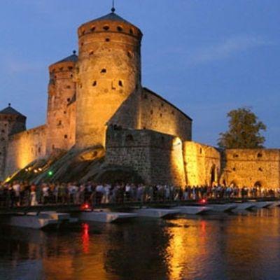 Olofsborgs slotts upplysta fasad i Nyslott.