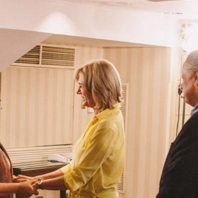 Evelyn och Michelle skakar hand