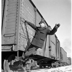 Rautatietyöläinen tavarajunan kyydissä