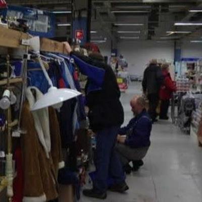 Flera personer söker bland varorna på en loppmarknad
