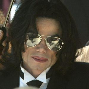Michael Jackson vinkar åt fansen.