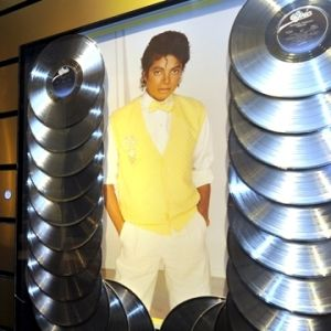 Väggplansch av en ung Michael Jackson omringad av CD-skivor.