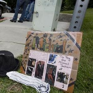 Ett fan har lämnat ett bildkollage och en hatt till minne av Michael Jackson.