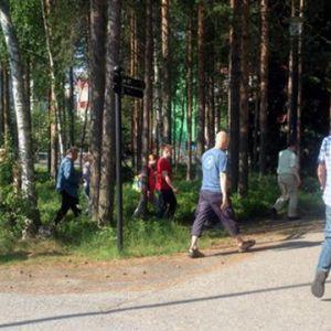 Anställda vid Renesas i Uleåborg på väg för att höra om resultatet från samarbetsförhandlingarna