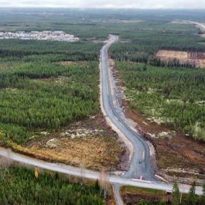 Uusi tielinjaus kaupunkin laitamilla ilmasta kuvattuna.