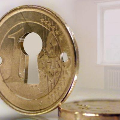 Bostad i bakgrunden, euromynt i förgrunden