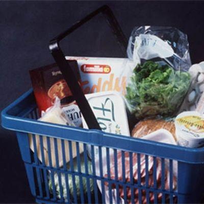 En butikskorg med matprodukter.