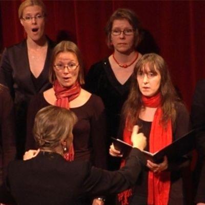 Evivakören uppträder på Svenska Teaterns scen