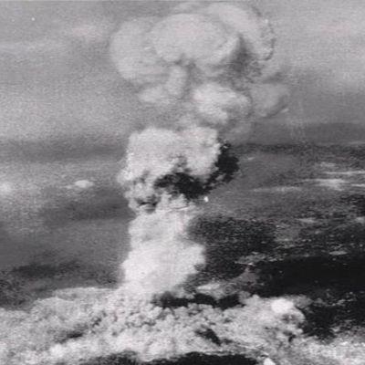Atombomben exploderar över Hiroshima den 6 augusti 1945.