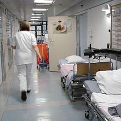 Vårdpersonal i sjukhuskorridor