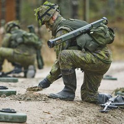 Soldater hanterar personminor