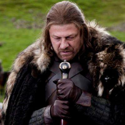Den heroiske och trofaste lord Eddard Stark är en av seriens huvudpersoner (Sean Bean).