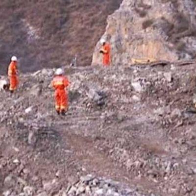 Räddningsarbetare vid olycksplatsen