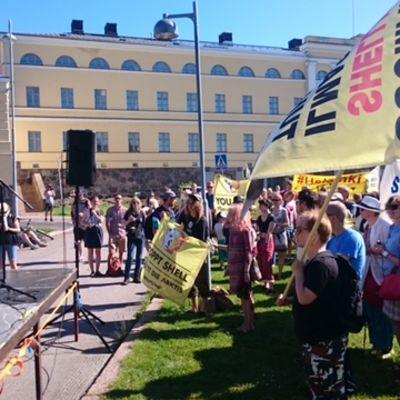 Klemetti Näkkäläjärvi pitää puheenvuoroa Pelasta Arktis -mielenosoituksessa 3.7.2015