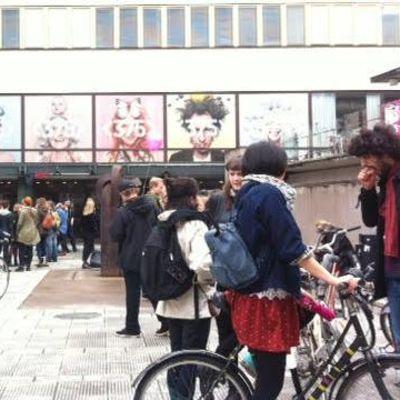 Opiskelijoita vallatun Porthania-rakennuksen edustalla
