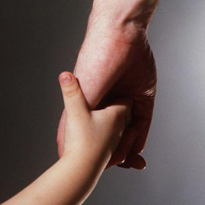 Lapsen käsi aikuisen kädessä