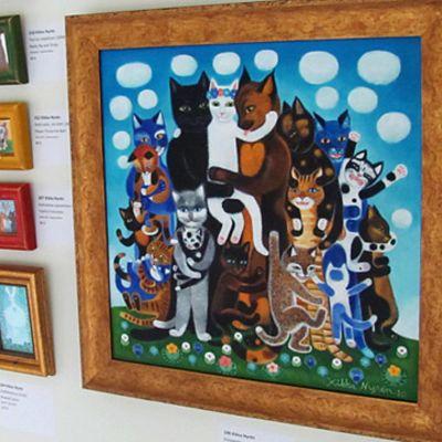 Kissatauluja näyttelytilan seinällä.