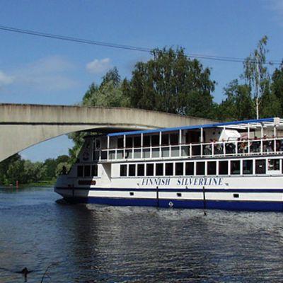 Hopealinjan alus alittamassa siltaa Hattulassa