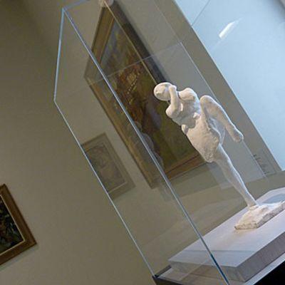 Kipsityö ja tauluja taidenäyttelyssä