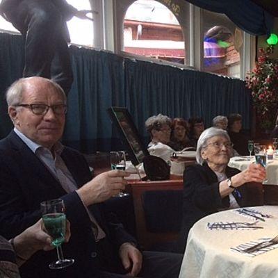 veteraanit kilistävät maljoja ravintolan pöydässä sotaveteraanien lounasjuhlassa, Kouvola, ravintoa Pyöreä Torppa
