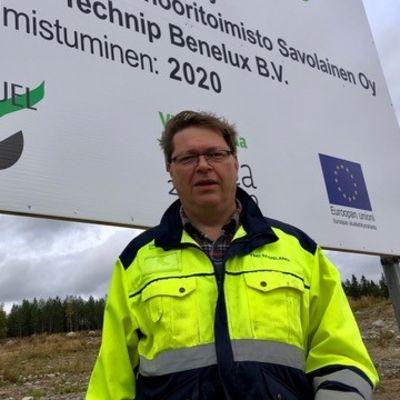 Toimitusjohtaja Timo Saarelainen bioöljyjalostamon rakentamisesta kertovan kyltin edessä.