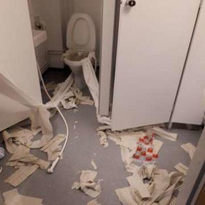 Vesspaperia revittynä lattialla koulun vessassa.