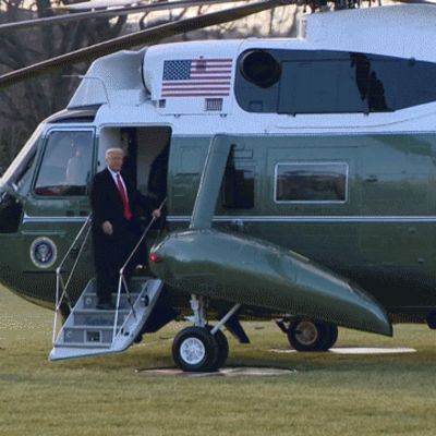 Trump vilkuttaa helikopterin ovelta