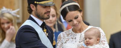 Sveriges prins Carl Philip och prinsessan Sofia håller prins Alexander vid dopet i Drottningholms slottskyrka 9.9.2016.