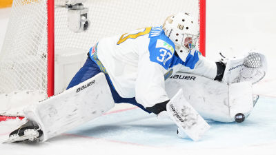 Nikita Bojarkin räddar en puck.