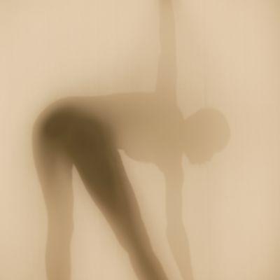 En kvinna i duschen