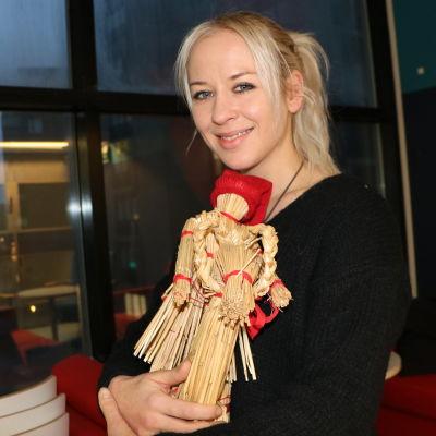 Jessica Wolff håller en julbock i famnen.