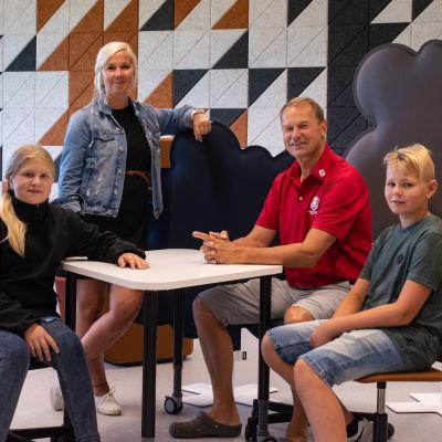Två lärare och två elever i en skolas grupprum