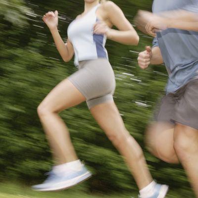 Löparknä ger en plötslig och svår smärta på utsidan av knäet.