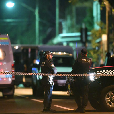 Australisk polis och polisbilar på natten i Surry Hills, Sydney, New South Wales under en antiterroroperation den 29 juli 2017.