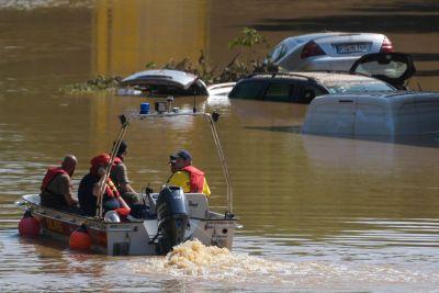 Räddningspersoner söker efter överlevande på motorvägarna i Tyskland.