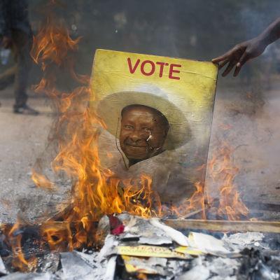 Anhängare till oppositionens Besugye brände presidentens valreklam i Kampala, februari 2016