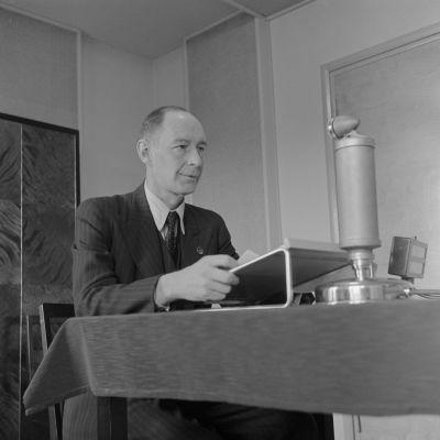 Yleisradion ensimmäinen vakinainen toimitusjohtaja J V Vakio (Jalmar Voldemar Vakio) mikrofonin ääressä 1930-luvulla