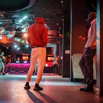 Kaksi nuorta miestä seisoskelemassa yökerho Maxinessa.