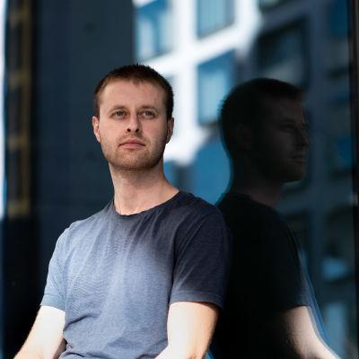 Kirill Kirillov istuu ikkunan edessä.