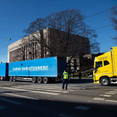 Demonstrantbilar utanför riksdagshuset