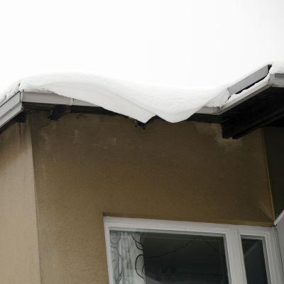 Lumikasa kerrostalon katolla.